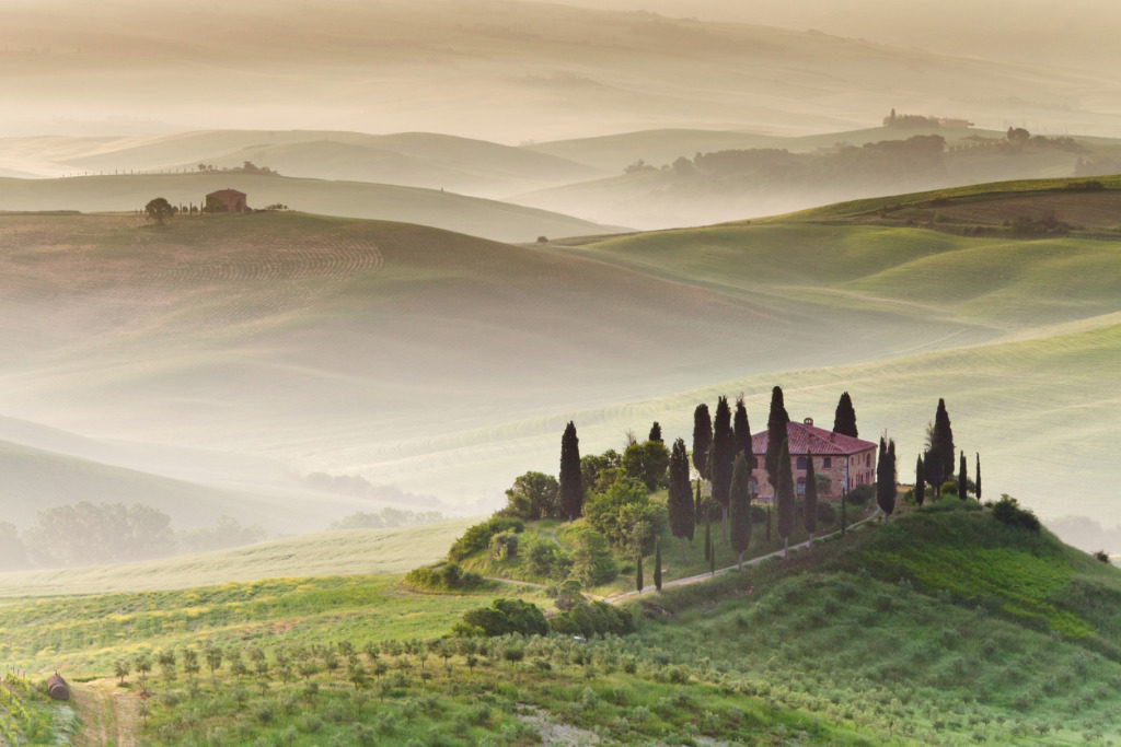 farmhouse-in-tuscany-picture-id135086495